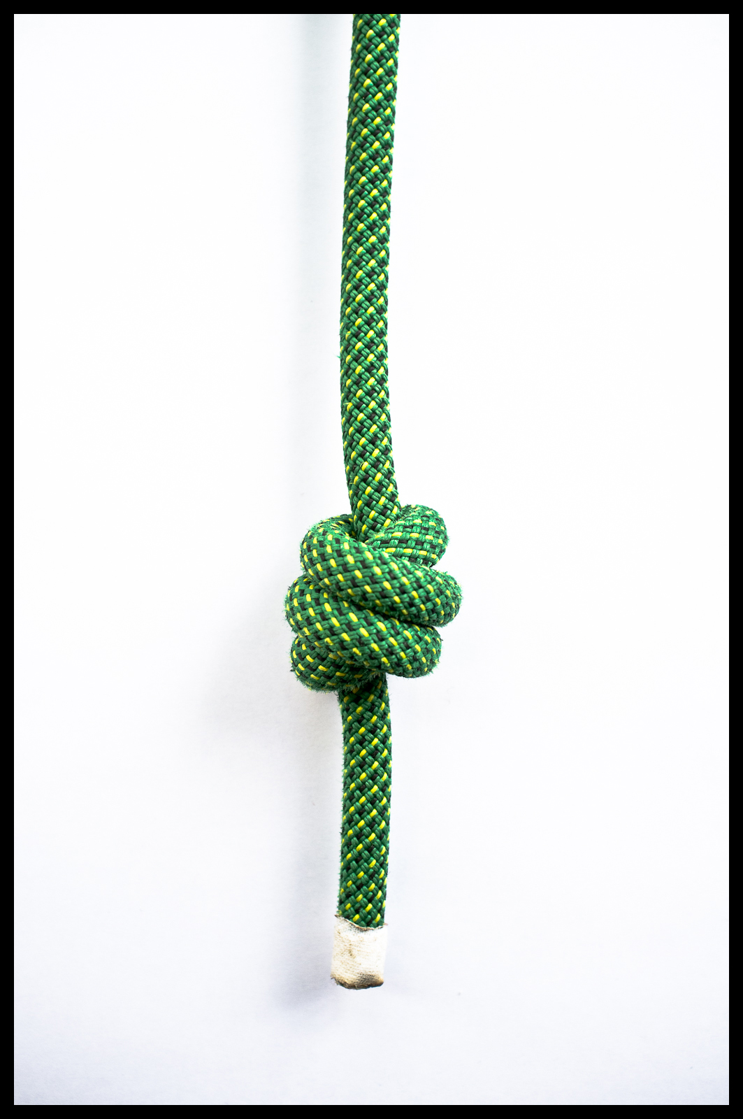 How to Tie an Overhand Knot photo